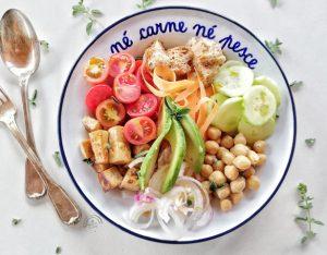 In cucina con la redazione: come preparare insalata fredda di ceci , pomodorini, avocado, cetrioli e tofu affumicato