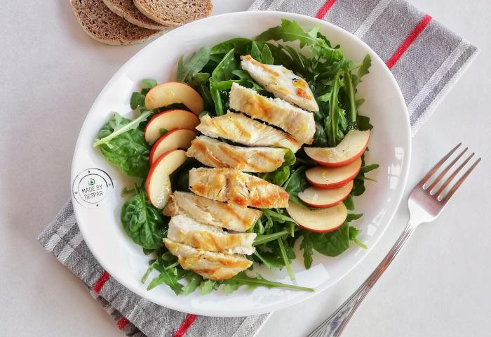 Insalata di pollo con mele, rucola e spinacini