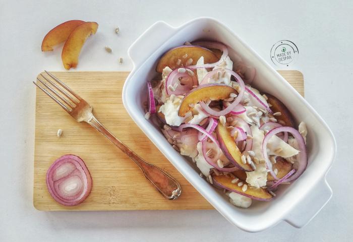 In cucina con la redazione: come preparare l'insalata di rombo con cipolla di Tropea, susine e semi di girasole